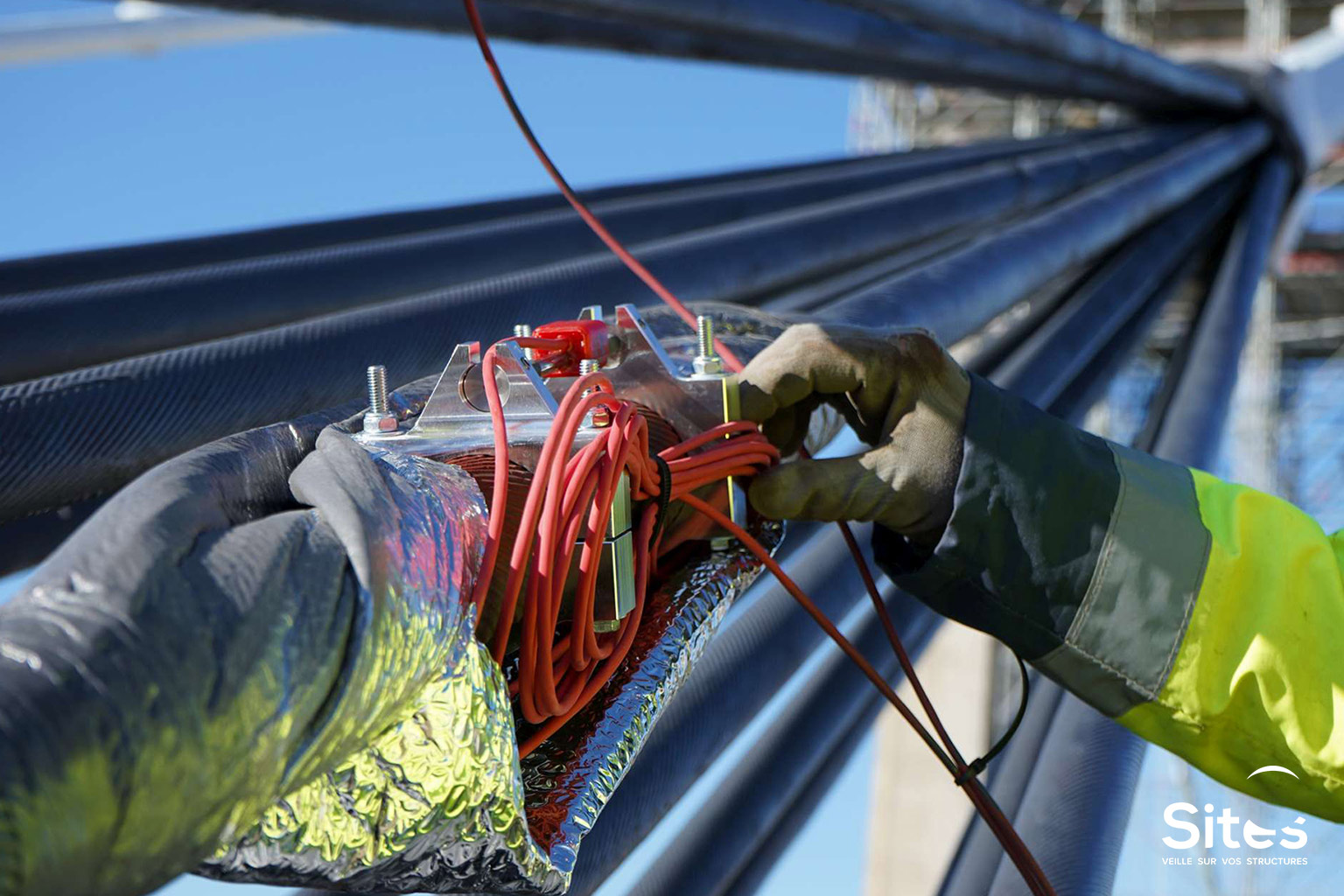 Suivi de la tension des câbles par capteurs à cordes vibrantes